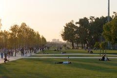 Mensen bij het openen van een modern vrije tijdspark vóór zonsondergang Royalty-vrije Stock Foto