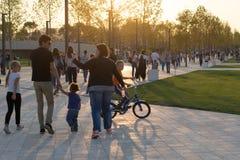 Mensen bij het openen van een modern vrije tijdspark vóór zonsondergang Royalty-vrije Stock Afbeelding
