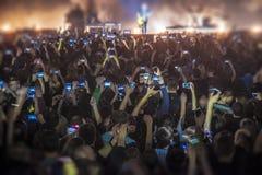 mensen bij het overleg met de telefoons stock foto