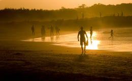 Mensen bij het strand Royalty-vrije Stock Afbeeldingen