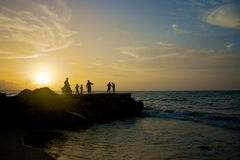 Mensen bij het strand tijdens zonsondergang 2 Stock Foto
