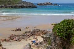 Mensen bij het strand van Barro, Llanes, Asturias, Spanje royalty-vrije stock foto's
