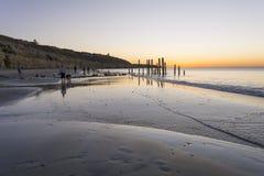 Mensen bij het Strand van Havenwillunga, Zuid-Australië bij zonsondergang Stock Fotografie