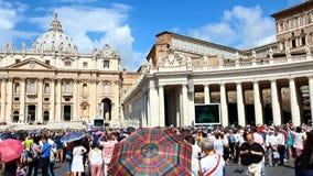 Mensen bij het Vierkant van Heilige Peter in de Stad van Vatikaan stock video