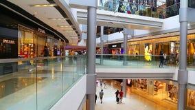 Mensen bij ifcwinkelcomplex, Hongkong stock videobeelden
