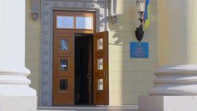 Mensen bij ingang aan de plaats van de opiniepeilingspost in het universitaire gebouw Verkiezing van Preident van de Oekraïne stock footage