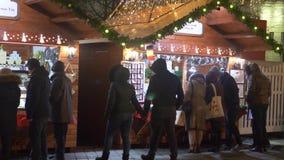 Mensen bij Kerstmismarkt stock video