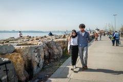 Mensen bij kust van Kadikoy in Istanboel, Turkije Royalty-vrije Stock Afbeeldingen