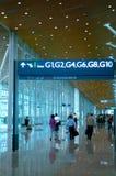 Mensen bij luchthaven stock afbeeldingen
