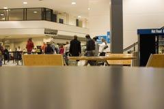 Mensen bij luchthaven het winkelen royalty-vrije stock afbeelding