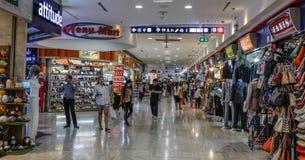 Mensen bij MBK-winkelcomplex in Bangkok stock foto's