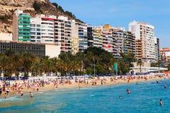 Mensen bij Mediterraan zandstrand in Alicante Stock Foto's