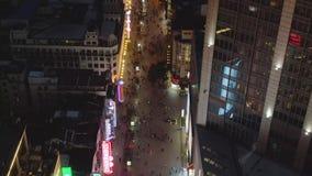 Mensen bij Nanjing-Road bij Nacht Voetstraat in Huangpu-District De stad van Shanghai, China Lucht Mening Hommelvliegen stock videobeelden