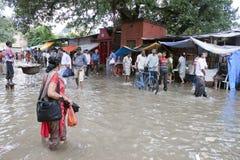 Mensen bij overstroomde markt Stock Foto's