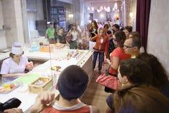 Mensen bij pers open nieuwe koffie Anderson Stock Foto