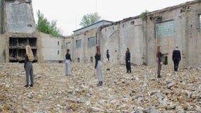 Mensen bij ruïnes postapocalyps stock footage