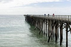Mensen bij San Simeon Pier, Californië, de V.S. stock afbeeldingen