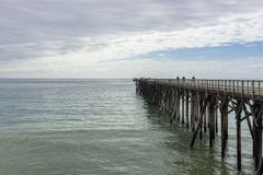 Mensen bij San Simeon Pier, Californië, de V.S. stock fotografie