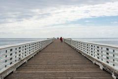 Mensen bij San Simeon Pier, Californië, de V.S. royalty-vrije stock foto