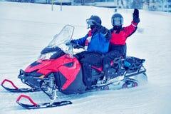 Mensen bij Sneeuw mobiel in de Winter Finland stock fotografie