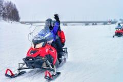 Mensen bij Sneeuwscooters in de Winter Finland Lapland in Kerstmis stock foto