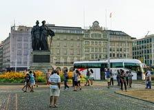 Mensen bij Standbeeld die van Genève van Zwitserland in Engelse Tuin lid worden Royalty-vrije Stock Afbeelding