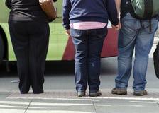 Mensen bij straat kruising Stock Foto