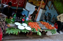 Mensen bij straat zijrestaurant met gemarineerd vlees op vertoning Murree Pakistan Royalty-vrije Stock Afbeeldingen
