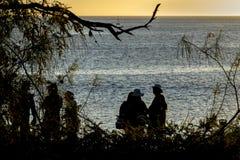 Mensen bij Strand in Zonsondergangtijd, de Galapagos, Ecuador Stock Foto