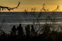 Mensen bij Strand in Zonsondergangtijd, de Galapagos, Ecuador Stock Afbeelding