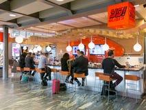 Mensen bij sushibar op de Luchthaven van Oslo in Noorwegen Stock Foto's
