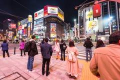 mensen bij Susukino-kruising bij nacht Royalty-vrije Stock Foto's