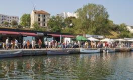 Mensen bij Toeristische Tomis-Haven in Constanta, Roemenië Royalty-vrije Stock Afbeeldingen
