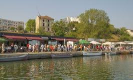 Mensen bij Toeristische Tomis-Haven in Constanta, Roemenië Stock Foto's