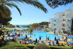 Mensen bij tropische toevlucht, Cala dOr, Mallorca Royalty-vrije Stock Afbeeldingen