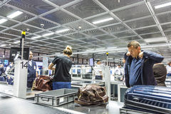 Mensen bij veiligheidscontrole bij de internationale luchthaven van Frankfurt Royalty-vrije Stock Foto