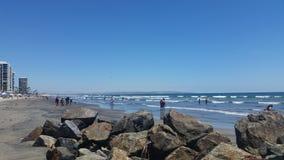Mensen bij Ver, Azure Ocean Stock Foto's