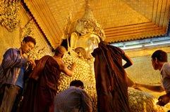 Mensen bij verering in Gouden de Tempel van Mahamuni Boedha Stock Fotografie