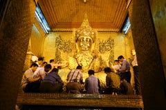 Mensen bij verering in Gouden de Tempel van Mahamuni Boedha Royalty-vrije Stock Fotografie