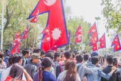 Mensen bij Verzameling met Nepalese Vlaggen in Katmandu, Protesteerders royalty-vrije stock foto