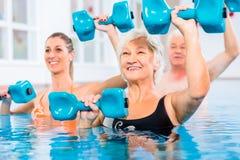Mensen bij watergymnastiek in fysiotherapie Stock Afbeeldingen