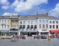 Mensen bij zonnig terras op een vierkant, Breda, Nederland Stock Fotografie