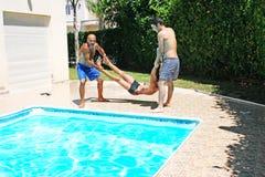 Mensen bij zwembad Stock Fotografie
