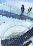Mensen binnen een modern gebouw Royalty-vrije Stock Afbeeldingen