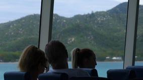 Mensen binnen een varend schip stock video