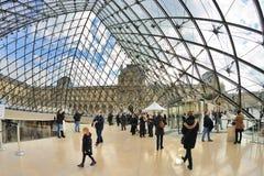Mensen binnen het Louvremuseum (Musee du Louvre) Stock Foto's