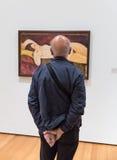 Mensen binnen Museum van Moderne Kunst in NYC Stock Afbeeldingen