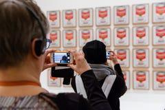Mensen binnen Museum van Moderne Kunst in NYC Stock Foto's