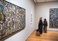 Mensen binnen Museum van Moderne Kunst in NYC Royalty-vrije Stock Fotografie