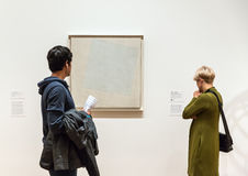 Mensen binnen Museum van Moderne Kunst in NYC Royalty-vrije Stock Foto's